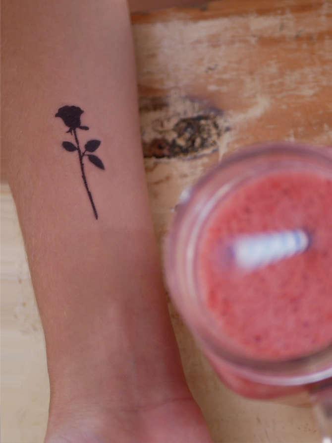 TATUAJE rosa negra minimalista