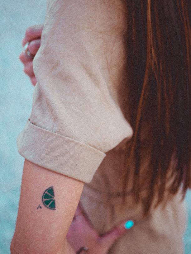 tatuaje de rodaja de limon